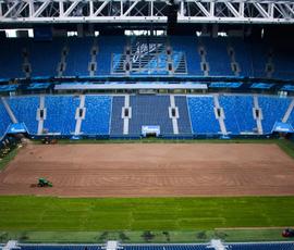 На стадионе в Петербурге начали менять газон