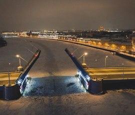 Рухнувшая опора стала причиной закрытия движения электротранспорта на Тучковом мосту