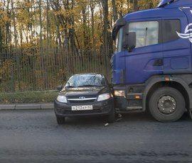 Пулковское шоссе стоит в пробке из-за ДТП с фурой