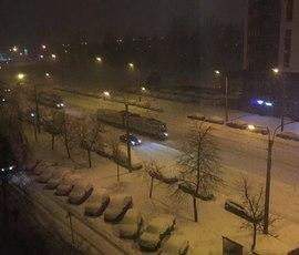 Трамваи встали на засыпанном снегом Ириновском проспекте