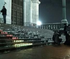 В храме Христа Спасителя зажгли 71 лампаду в честь жертв крушения Ан-148