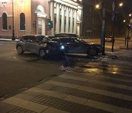 Иномарку отправили в столб на Шпалерной улице