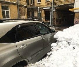 Борцы с сосульками помяли автомобиль на Загородном