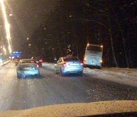 На Приморском шоссе улетел в кювет автобус с туристами