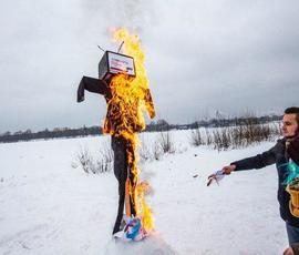 """Активисты """"Весны"""" в Петербурге сожгли чучело выборов"""