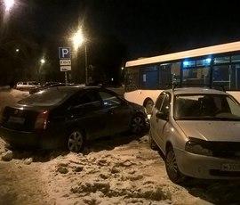 """Автобус раскидал припаркованные у """"Волковской"""" машины"""