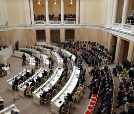 Петербургских депутатов не заводят молодые журналистки