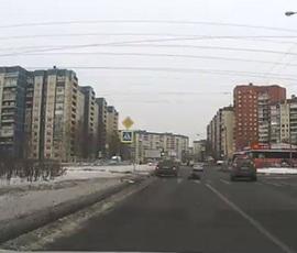 Девушка не успела перебежать дорогу на севере Петербурга