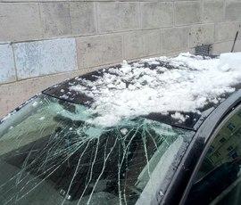 Лед пробил стекло иномарке на севере Петербурга
