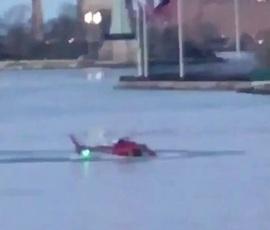 В Нью-Йорке упал туристический вертолет