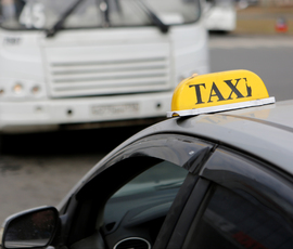 На площади Ленина в угнанном такси нашли чиновника комитета по образованию