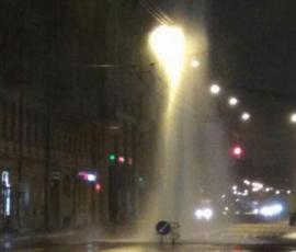 На Загородном проспекте забил четырехэтажный фонтан