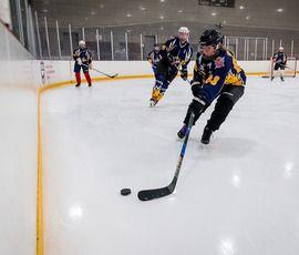В хоккей играют настоящие девчонки: в Петербурге леди-бум желающих погонять с шайбой на льду