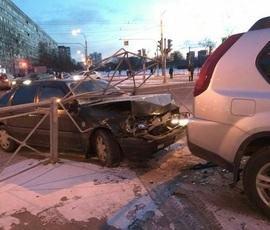 Девушка оказалась намертво зажатой между машиной и столбом