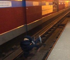 Трюкач или пострадавший: неизвестный упал на рельсы метро