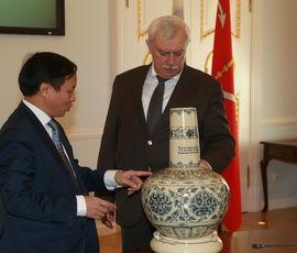 Полтавченко принял в Смольном посла Вьетнама в России