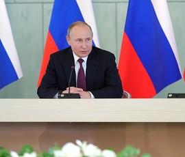 Путин в Петербурге призвал подключить оборонщиков к выпуску медоборудования