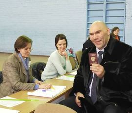 Боксер и депутат Николай Валуев выбрал президента в Красном Селе
