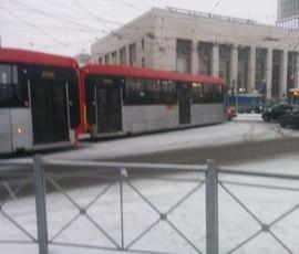 Сошедший с рельсов трамвай остановил движение на площади Ленина