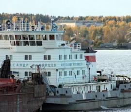 Следователи начали проверку после падения за борт механика баржи в Ладожское озеро