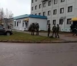 Военные с автоматами не дали коммунальщикам перекрыть тепло в доме под Петербургом