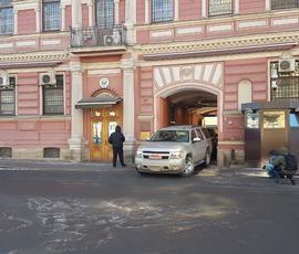 Из консульства США в Петербурге выносят коробки