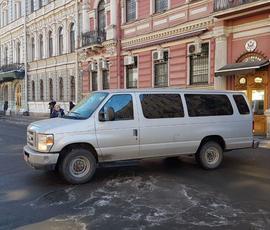 """Очевидцы: американские дипломаты рассовывают по """"Жигулям"""" покосившиеся тумбочки"""