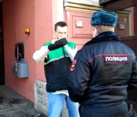 Обливший кофе консульство США в Петербурге мужчина попал на видео