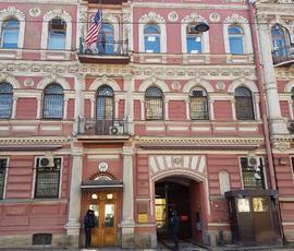 Петербуржцев, собирающихся в США, отправили искать объявления на дверях консульства