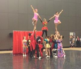 Скелеты и пришельцы прыгали до потолка на чемпионате по черлидингу в Петербурге