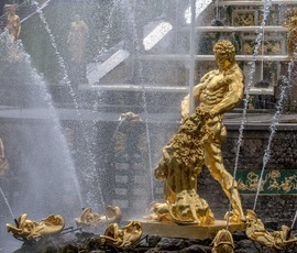 В СПбГУ нашли средство, которое избавить фонтаны Петергофа от желтого налета