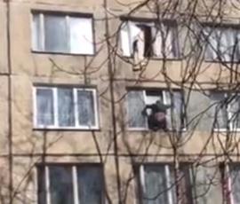 Очевидцы: человека выбросили из окна на улице Подвойского