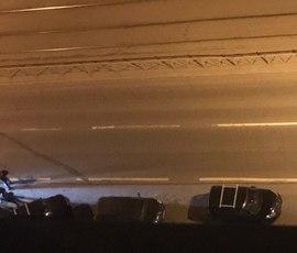"""Джип влетел в припаркованные на Просвещения машины и скрылся по """"встречке"""""""
