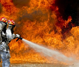 10 пожарных залили ангар из сэндвич-панелей