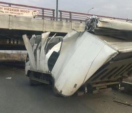 """""""Мост глупости"""" в Петербурге уничтожил очередной грузовик"""