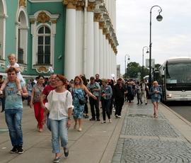 Эрмитаж заплатит за ленивую уборку Дворцовой площади