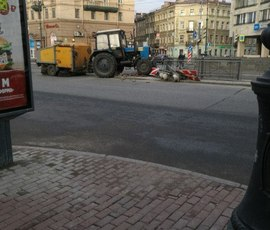 """""""Приунывший"""" трактор снес светофор у метро на Лиговском"""