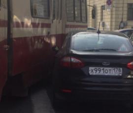 У площади Ленина огромная пробка из-за ДТП с трамваем