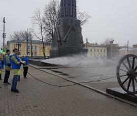 Пушкам у Троице-Измайловского собора устроили весенний душ