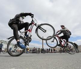В Петербурге велосипедисты открыли сезон на Дворцовой