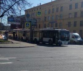 На площади Климова сбит мужчина, а за ним очередь из троллейбусов