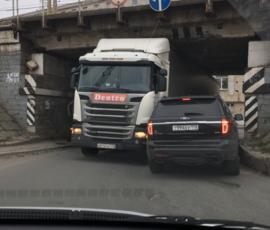 """Фура не """"пролезла"""" под мостом на пересечении Рощинской и Новорощинской"""