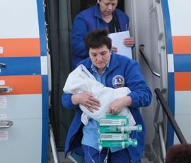 Спецрейсом МЧС в Петербург привезли новорожденного мальчика