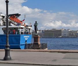 К набережной Невы у памятника Крузенштерну прибило утопленника