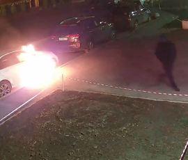 Камера запечатлела поджог роскошного автомобиля Mercedes в Приморском районе города