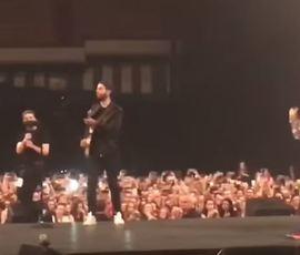 """Иван Ургант в кепке подыграл 30 Seconds to Mars на концерте в """"Олимпийском"""""""