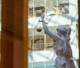 Суд оставил под арестом обвиняемого в посредничестве при передаче взятки главе Подпорожского района