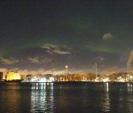 Как будто Волан де Морт сейчас прилетит: соцсети заполонили фото северного сияния в Петербурге