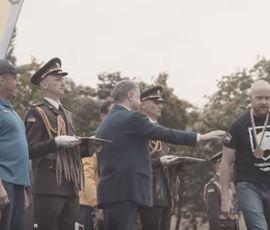 """В сети появилось видео, на котором боец """"Азова"""" отказался пожать руку Порошенко"""