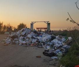 В Красносельском районе около пляжа образовалась огромная свалка
